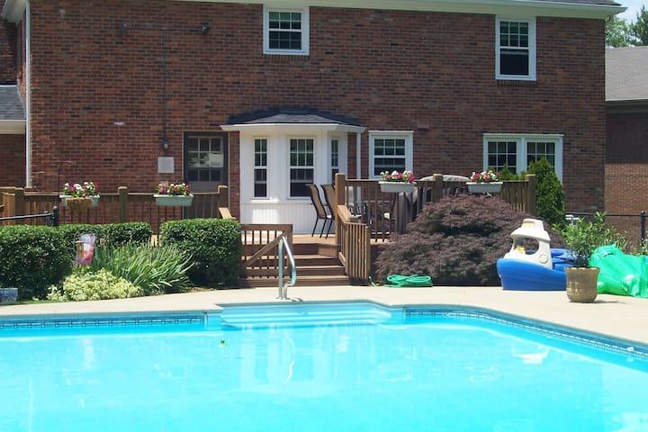 Spacious Suburban Comfort - Louisville - Casa