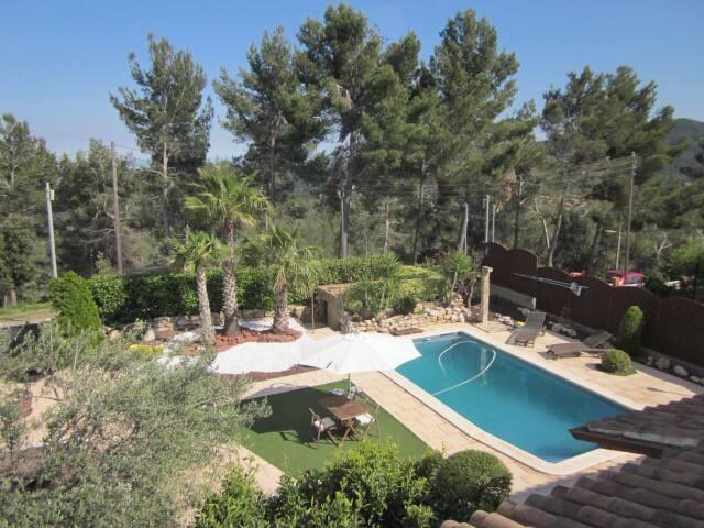 Vista del jardin y arboles de entorno HUTB-01494672