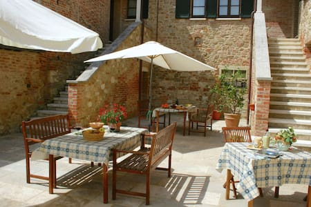 Vintage Farmhouse in Asciano with Pool