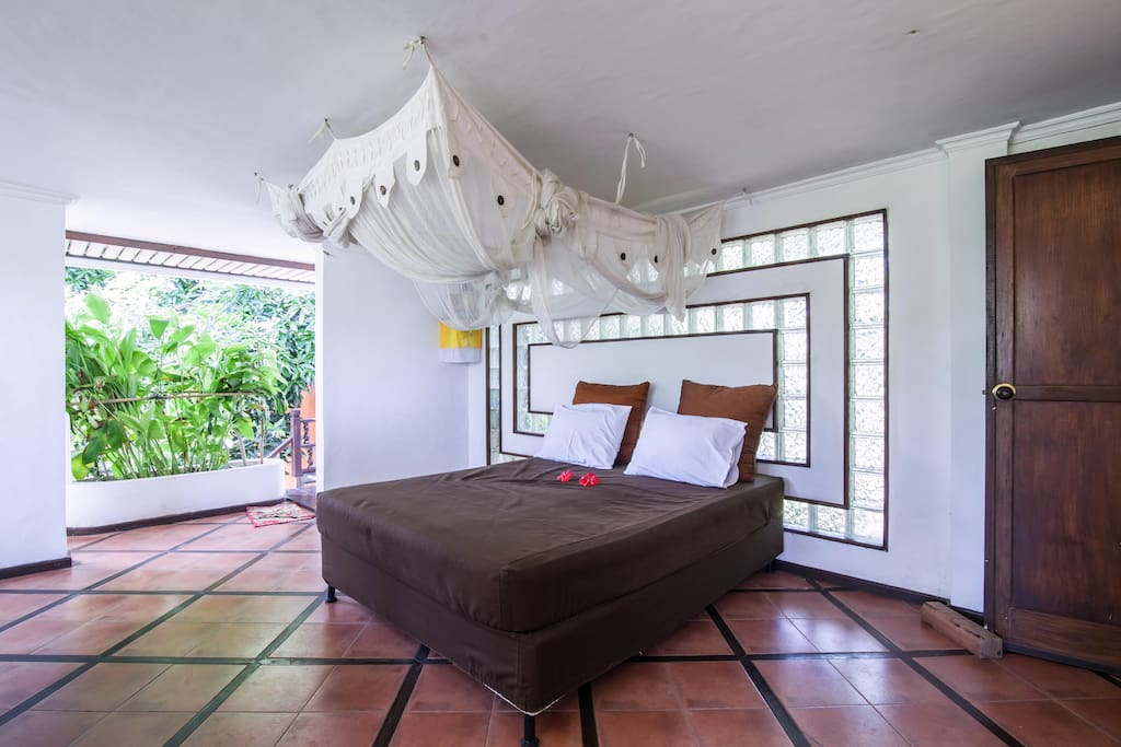 Balcony with relaxing bed or extra quest. (mosquito net)