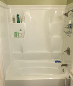 Newly remodeled 1bd flat; close to everything! - Oakland