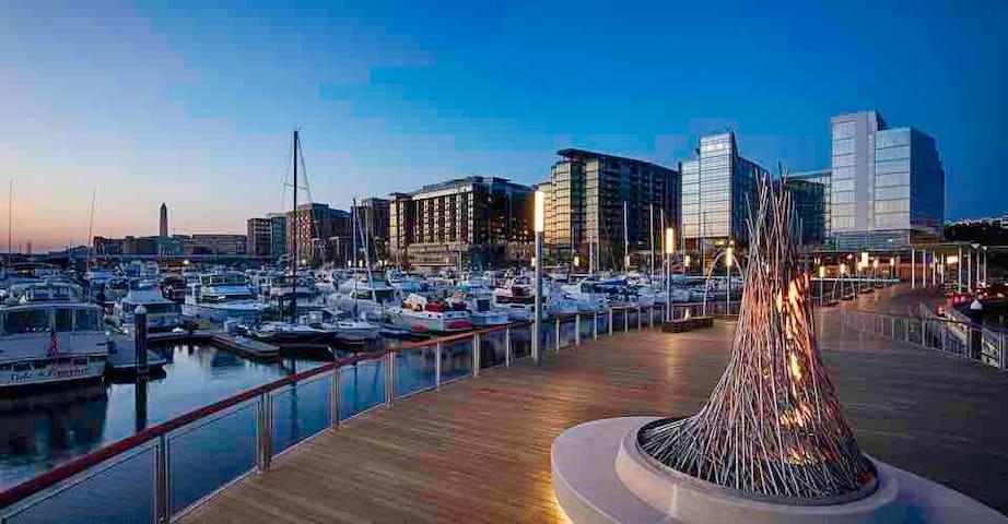Waterfront/resort-like/top floor 1BR apt