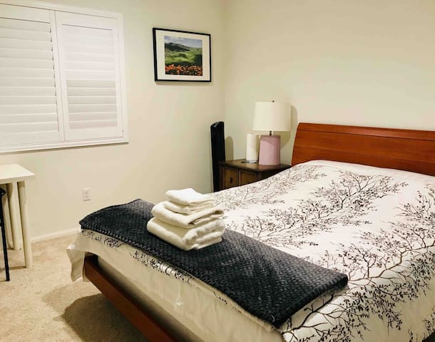 Cozy private guest bedroom by ONT & Ontario Mills