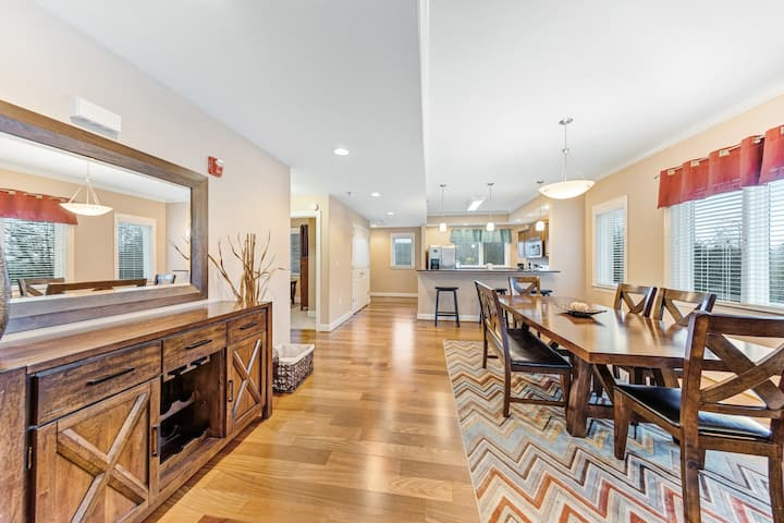 Luxurious Venus Lodges condo w/ a kitchen & private balcony - close to downtown