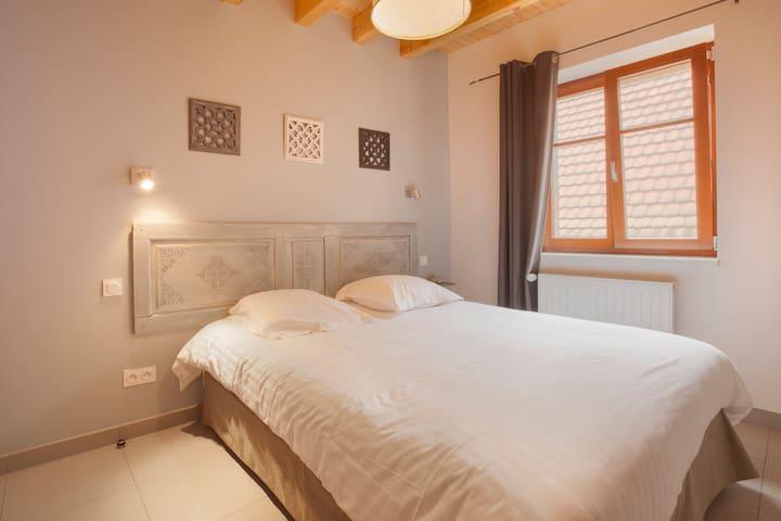 Grande chambre1 avec lit double 160*200 1er étage et armoire, suite parentale avec salle de bains, douche à l'italienne