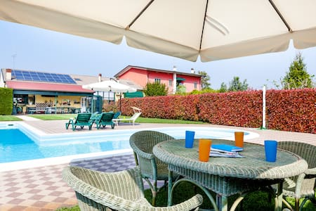 Porzione di villa con piscina da Andrea e Viola