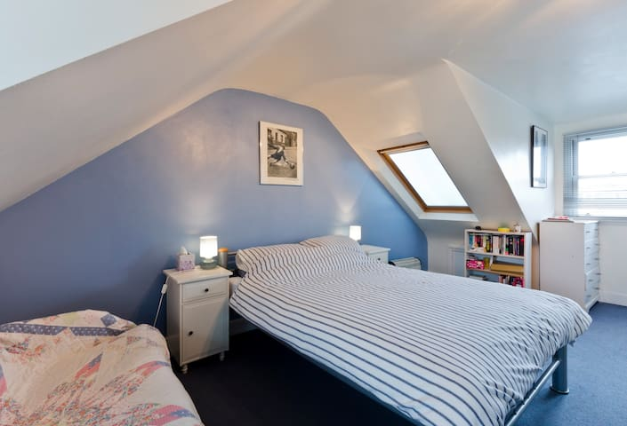 Loft bedroom & shower,  Kew, Surrey - Richmond - Huis