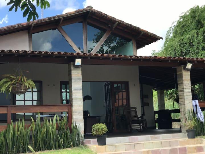 Casa de campo em um condomínio com uma vista linda