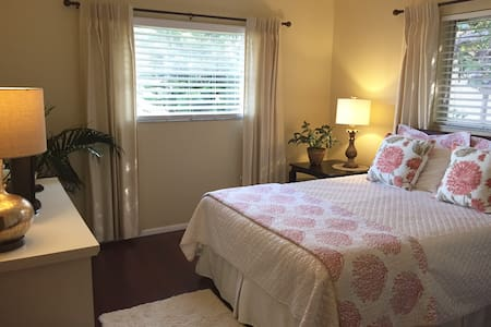 Full Suite!/beach 6 minutes - Venice