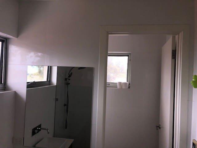 Jetty Room En-suite large shower, separate toilet, plus separate walk in robe