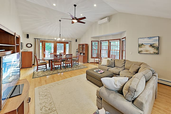 Lovely Retreat w/ Private Pond Access & Large Deck