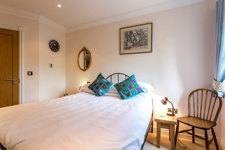 En-suite room in lovely garden apartment nr beach - Sandown - Appartement