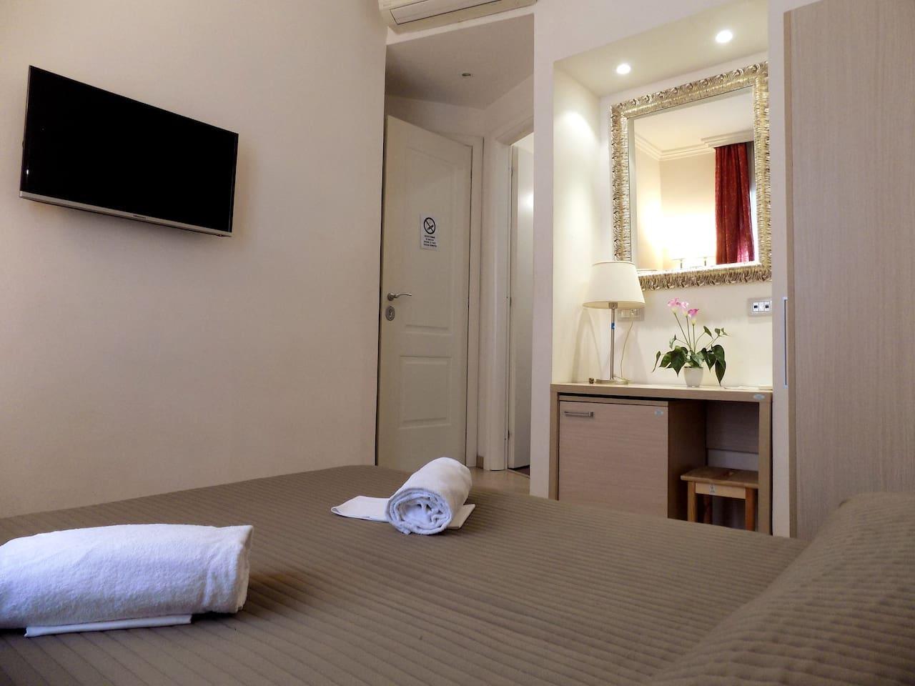 camera matrimoniale con bagno privato, wifi, tv, armadio