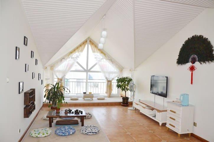 客厅的榻榻米、落地窗明亮清爽。