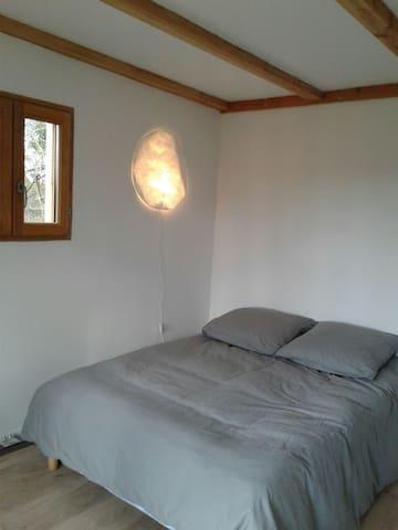 chambre lit double dans l extension en bois