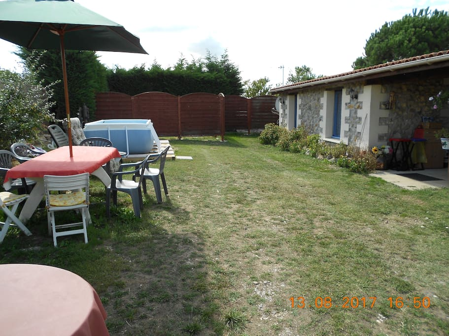Garden with Pool & outside eating area