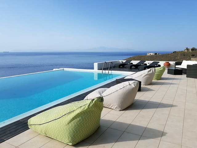 The sunbathing area around villa 2