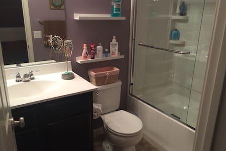 Comfortable room w/ full bath! - Casa a schiera
