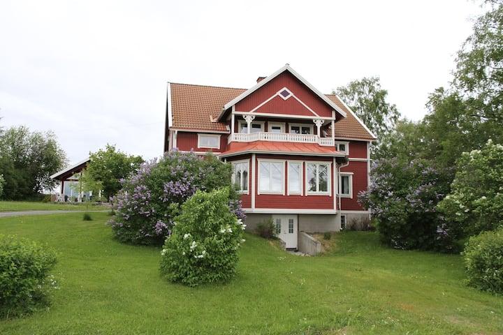 Mysig lägenhet i lantligt hus nära Östersund