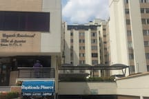 Fachada de la unidad residencial y minimarket (azul).
