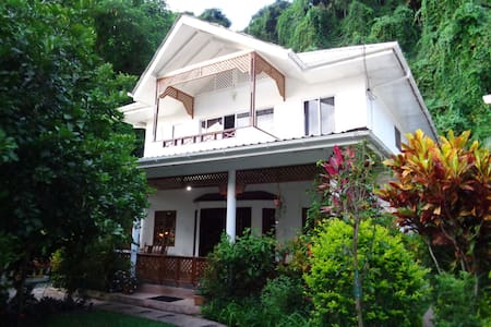 Sunglow Holiday Villa - Beau Vallon