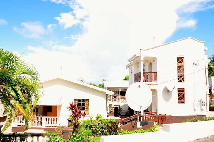 Albertiville Apartments & Bar - Date Tree Hill - Apartamento