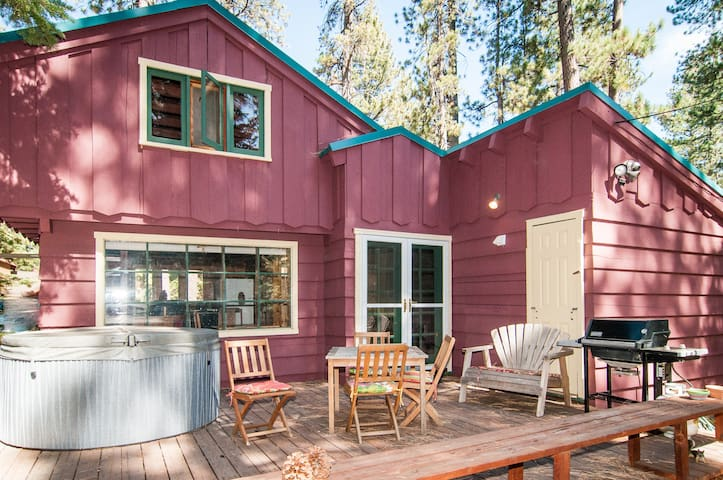 Cabin on 1/4 Acre - Hottub, Skiing, Lake