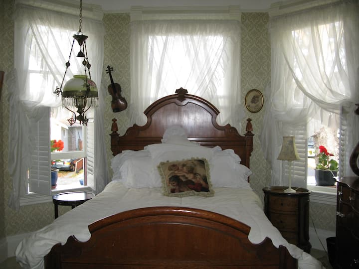 Relaxing 2 Room Suite in Charming Victorian