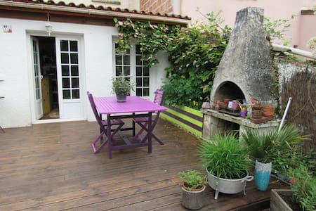 Chambre avec salle d'eau - La Brède - บ้าน