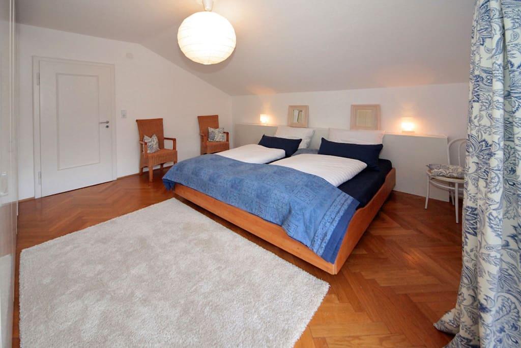 Schlafzimmer mit Balkon, Blick zum Kramer