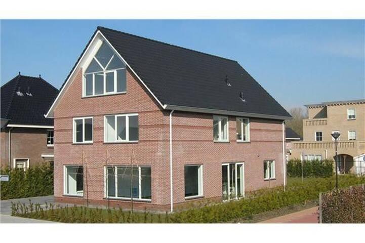Luxe prive studio 45 m2 vrijstaande villa. - Lelystad - Villa