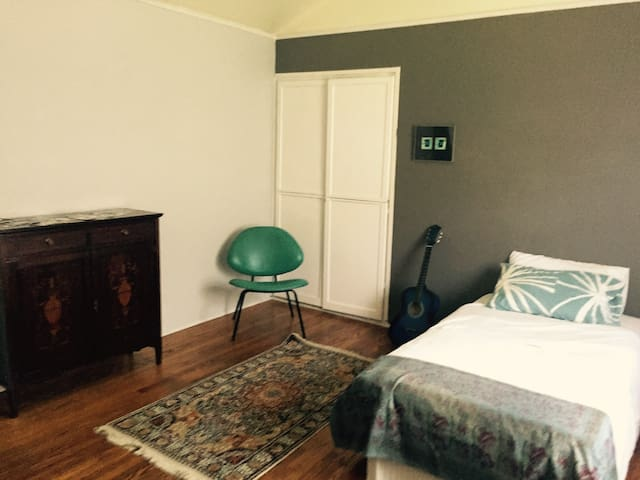 Friendly Home: HUGE Bedroom in  1930's Townhouse - Los Angeles - Appartement
