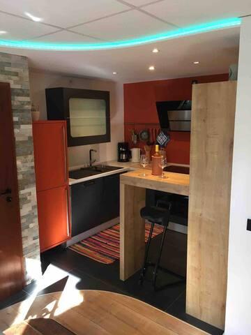 Voll eingerichtete Küche mit Ceranherdt, Backofen, Spülmaschine,  Mikrowelle und großem Kühlschrank