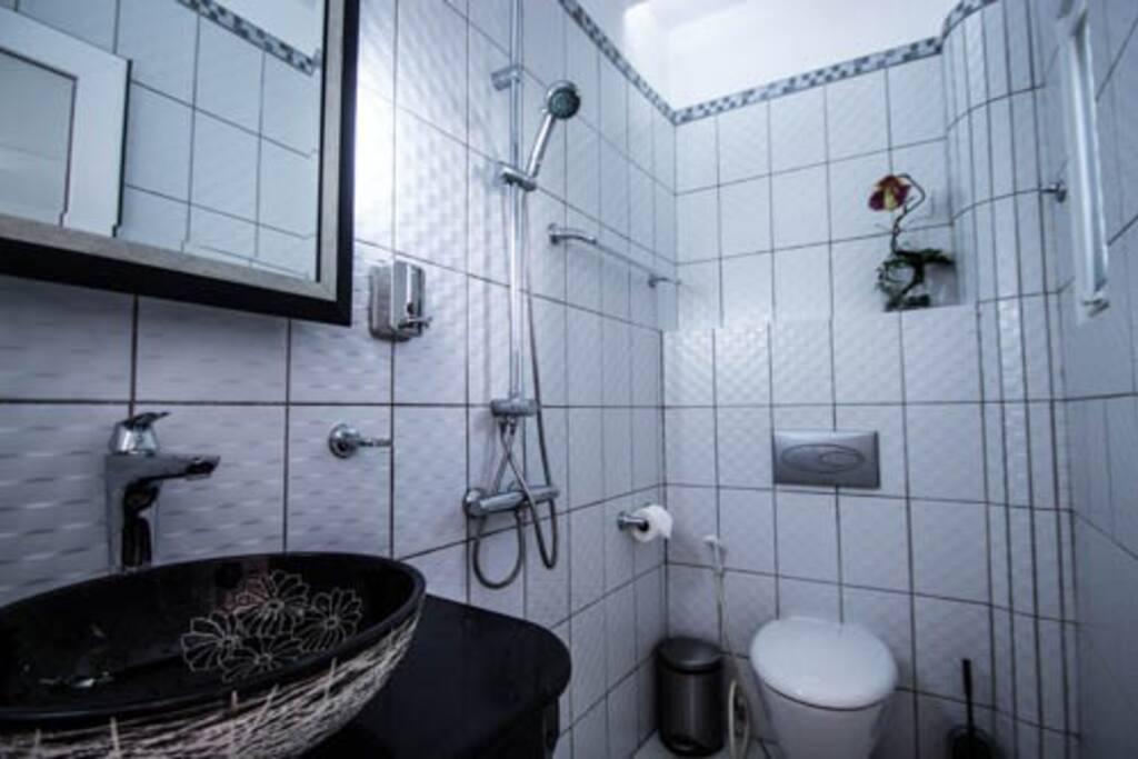 Redwood 1 Bathroom