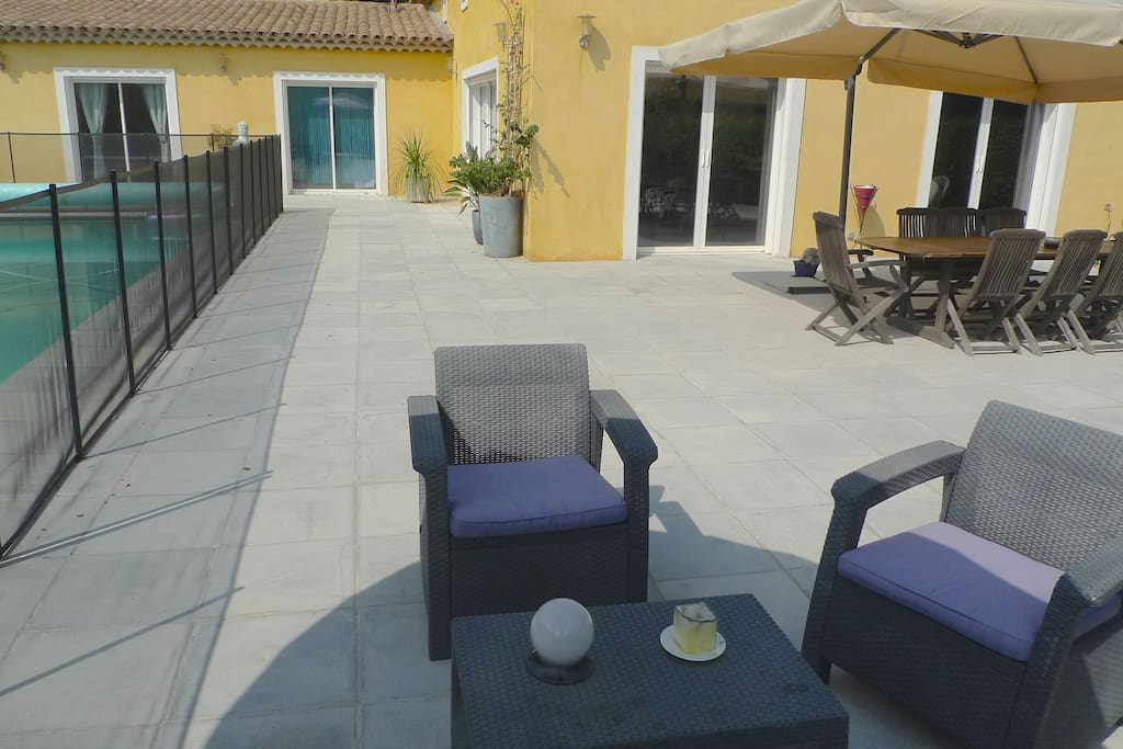 Grande terrasse et coin lounge