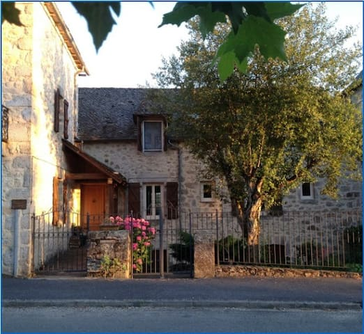 English Bed & Breakfast, Aveyron, SW France - Lunac - Pousada