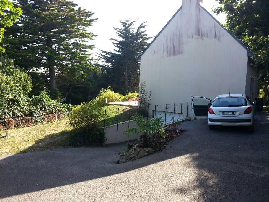 Entrée de la propriété, plusieurs places de parking. Entrée de la cave.