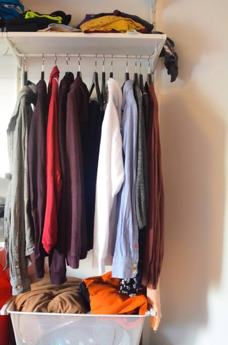 Een rekje klerenhangers met plank en mand voor tijdens het verblijf