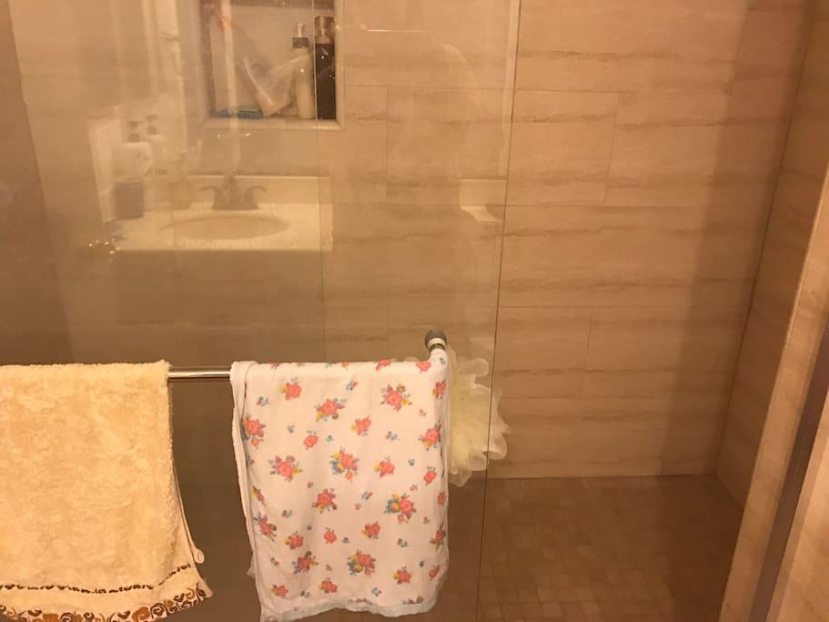 宽敞舒适的洗浴空间