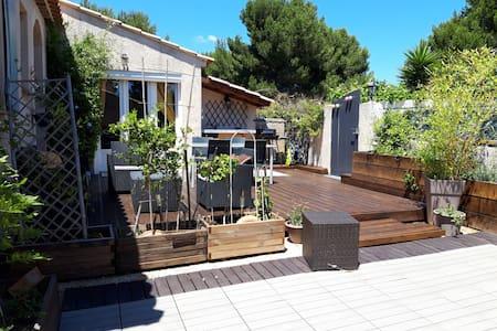 Studio+terrasse 50m de la mer et dans la pinède