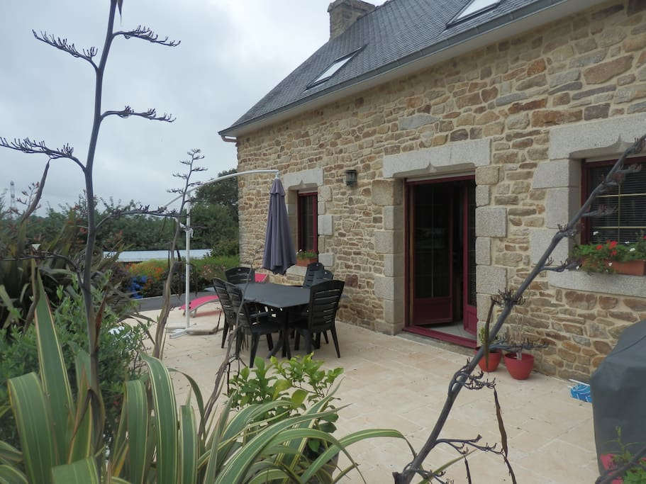 Une terrasse avec salon de jardin