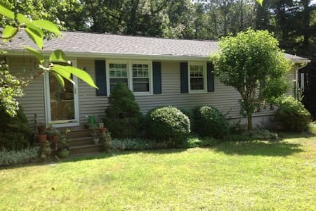 Sunny room close to attractions - Ledyard