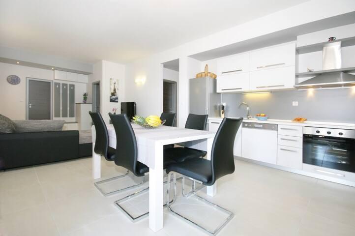 Elizabeth luxury apartments white - Podstrana - House