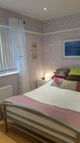 Double en-suite room in quiet area - St Peter