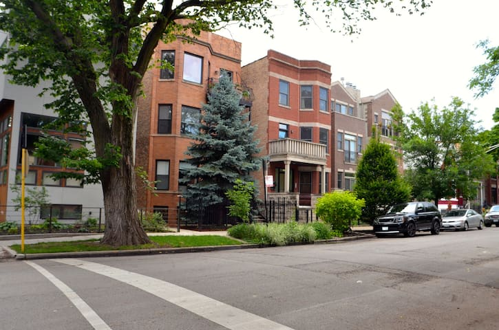 Best in Chicago East Village 1 bedroom plus