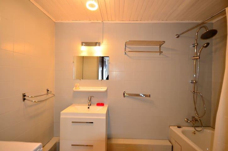 Salle de bain, avec machine à laver