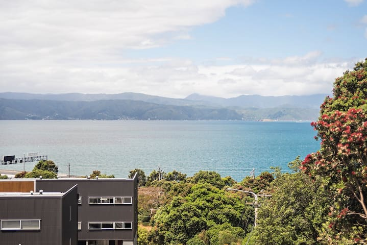 Stunning Sea Views, Minutes to town (Sleeps 6)