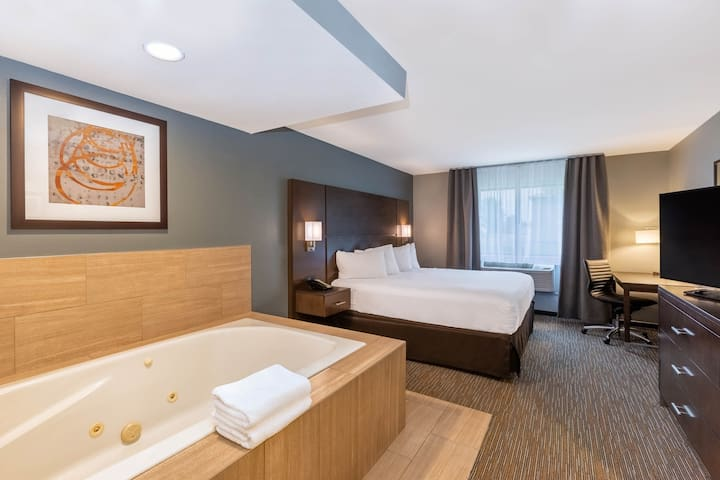 Whirlpool KING suite w/ FREE HOT BREAKFAST