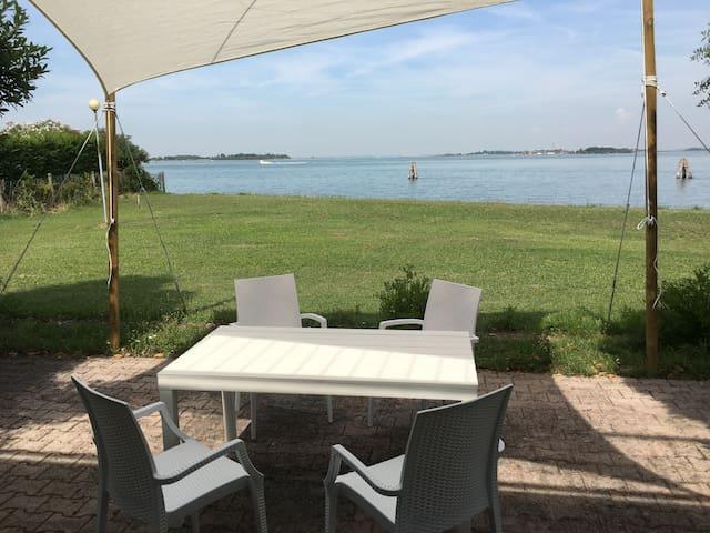Casa isolata nella laguna di Venezia (1)