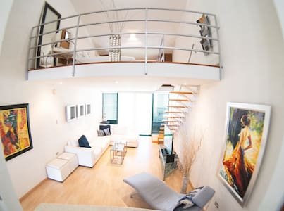 Modern Loft Style w/ Beautiful View + King Bed
